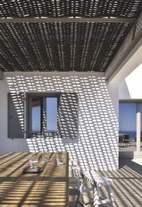 terrasse-exterieure-protegee-d-une-pergola-en-jonc_5070514